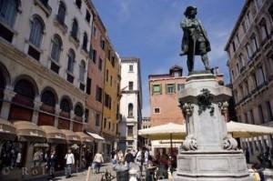 carlo-goldoni-statue_12324