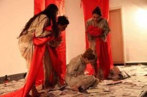 ozapta-kadin-oluleri-adli-tiyatro-oyunu-sergilendi-IHA-20141124AW251808-1-t