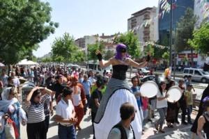 batman-tiyatro-festivali-yapilan-yuruyusle-start-aldi25506783014387b9b1f5